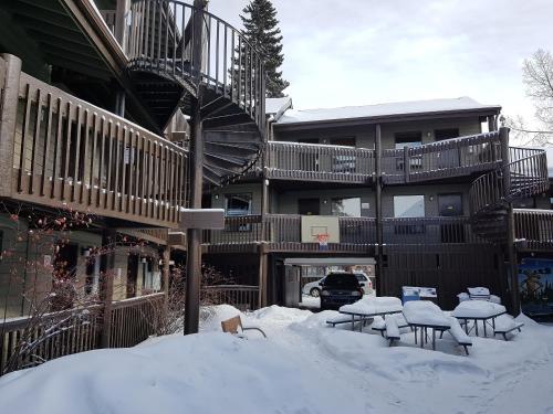 Banff International Hostel - Banff, AB T1L 1A6