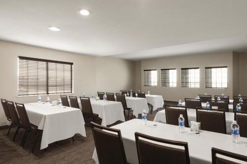 Country Inn & Suites by Radisson Bakersfield CA - Bakersfield, CA CA 93304