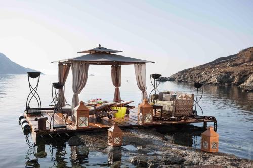 Ornos Beach, Mykonos, 84600, Greece.
