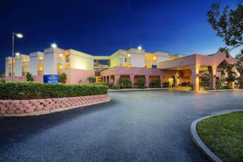 Hotels vacation rentals near grand prix tampa usa trip101 for Days inn tampa north of busch gardens
