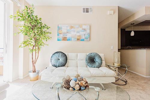 Sleek & Luminous 2-Bedroom Condo at the Beach