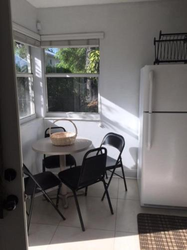 Tropical Charmer One Bedroom - Miami, FL 33134