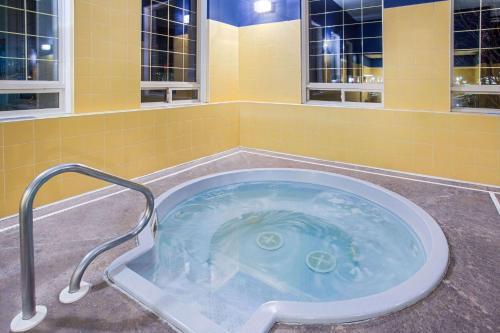 Ramada by Wyndham Red Deer Hotel & Suites - Red Deer, AB T4P 3T5