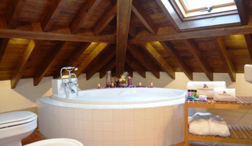 Suite Junior con bañera de hidromasaje Casona del Nansa 16