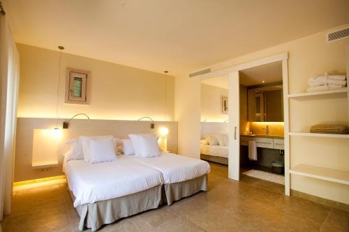 Standard Twin Room with Terrace Hotel Sa Franquesa Nova 8