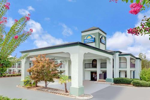 Days Inn & Suites by Wyndham Stockbridge South Atlanta