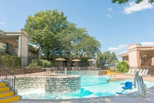 Days Inn By Wyndham St. Louis North - Hazelwood, MO 63042