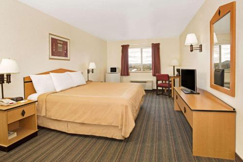 Days Inn & Suites By Wyndham Castle Rock - Castle Rock, CO 80109