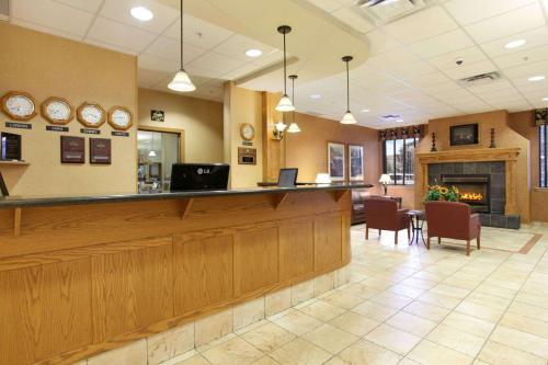 Days Inn & Suites by Wyndham West Edmonton - Edmonton, AB T5S 2T1