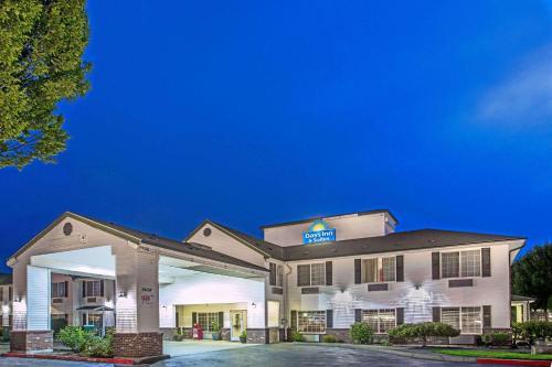 Days Inn & Suites by Wyndham Gresham - Hotel