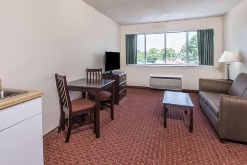 Days Inn & Suites By Wyndham Groton Near The Casinos - Groton, CT 06340