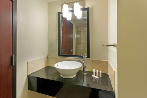 Days Inn & Suites by Wyndham Milwaukee - Milwaukee, WI WI 53212