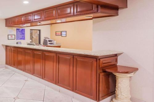 Days Inn by Wyndham San Bernardino/Redlands - San Bernardino, CA CA 92408