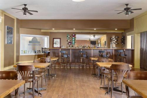 Days Inn by Wyndham Bridgewater Conference Center - Bridgewater, NS B4V 2V6