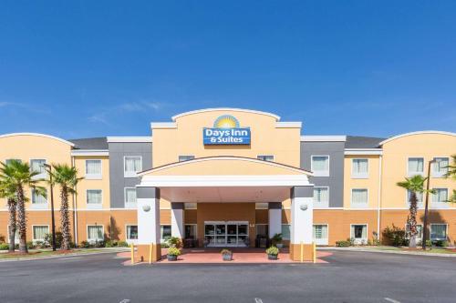 Days Inn & Suites by Wyndham Savannah North I-95