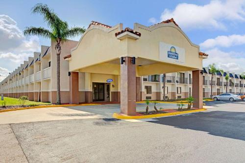 Hotel Days Inn & Suites by Wyndham Tampa near Ybor City