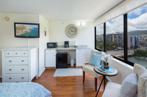 Modern Waikiki Sleek Studio - Honolulu, HI 96815