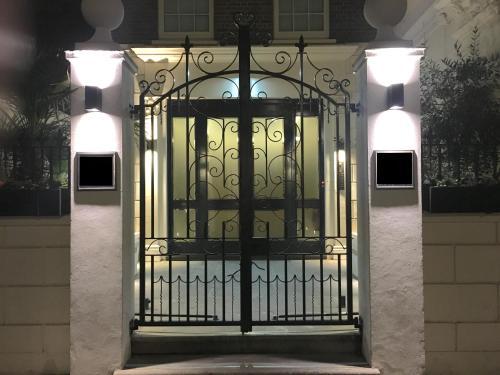 Trafalgar Luxury Apartments room photos