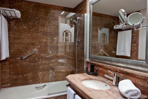 Habitación Doble Superior con vistas al lago (3 adultos) B bou Hotel La Viñuela & Spa 4