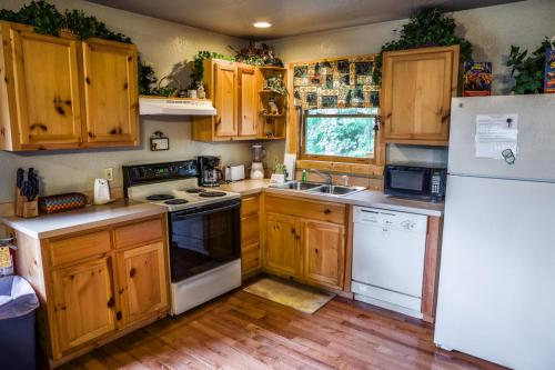 A True Mountain Cabin A VIEW TO A THRILL -Private - Pigeon Forge, TN 37863