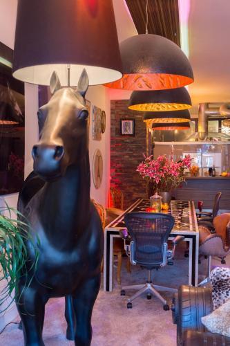 180 M2 CENTRAL ....ART ...LOFT ..JACUZZI...HORSE..