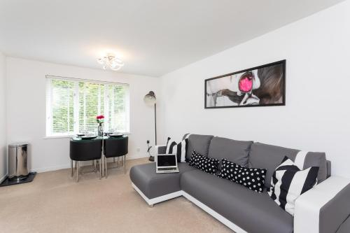 . Park View- 2 bed self contained apartment close to East Surrey Hospital