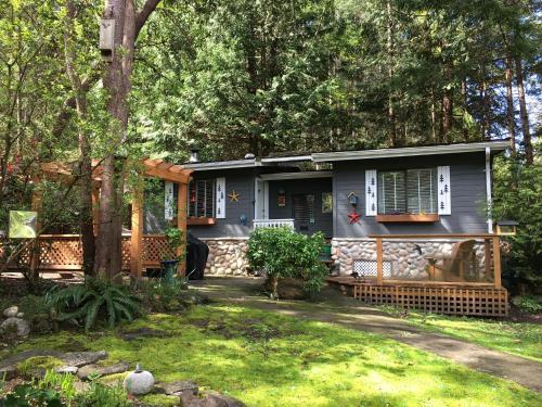 . Sticks and Stones Cottage-Arbutus Grove
