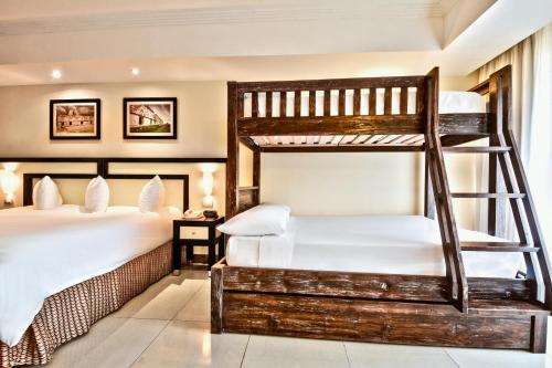 Rivera Family King Junior Suite (3 Adults + 2 Children)