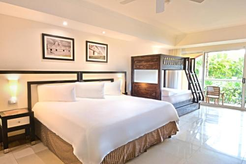 Rivera Family King Junior Suite (2 Adults + 1 Child)