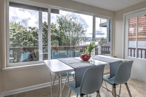 . Hosteeva 2BR Lake Union View Apartment 2A Steps to Seattle Host Spots