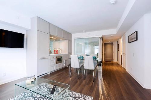 2 Smart TV's | Fast Wifi | W/D | ❤️ of Yorkville Photo 4