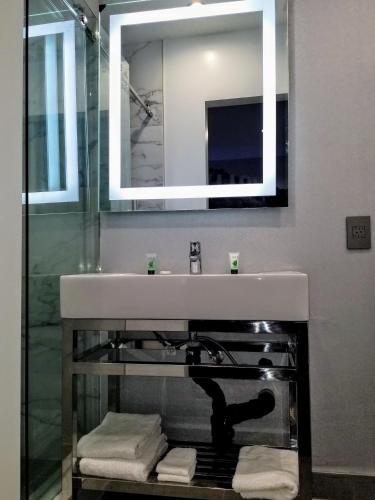 Glen Capri Inn & Suites - Burbank