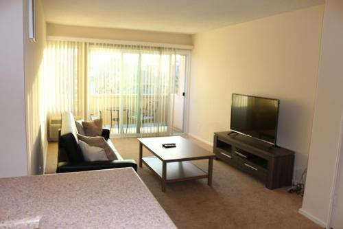 Classy 1 Bedroom Apartment By The Grove