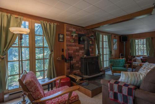Barlow Cabin Four-bedroom Chalet