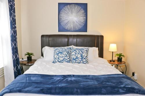 . Close to Downtown and Beach - King Bed - Fast WiFi - Free Parking