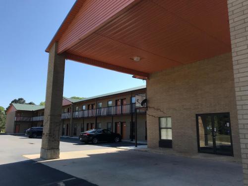 Clairmont Inn & Suites - Warren - Warren, AR 71671