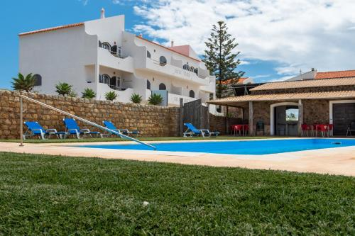 Apartamento com 2 Quartos, Varanda e Vista Terra (Two-Bedroom Apartment with Balcony and Land View)