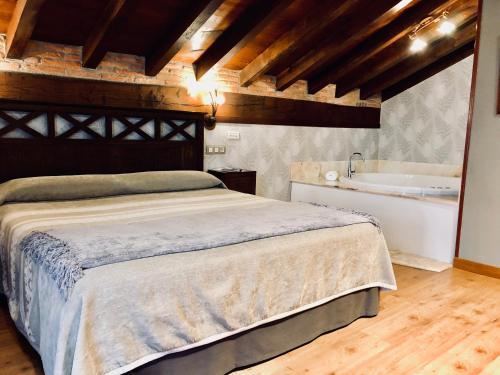Suite con bañera de hidromasaje Hotel Spa San Marcos 10
