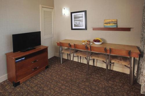 Deluxe Queen Suite with Kitchenette and Ocean View