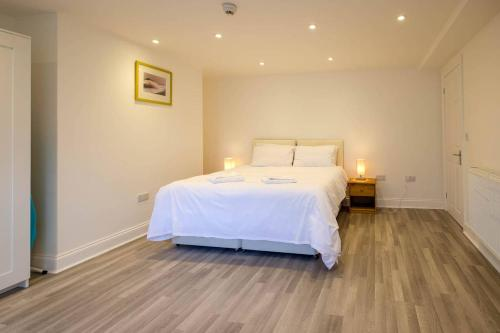 Allocated parking, light & bright apt. with garden room photos