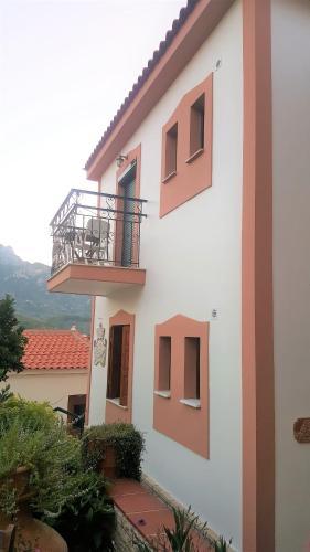 . Green Hill Studios & Apartments