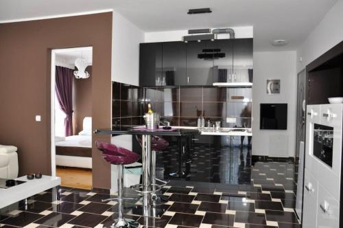 . El Barco Apartments