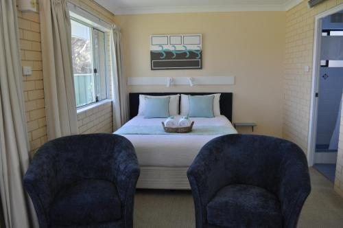. Edgewater Motel