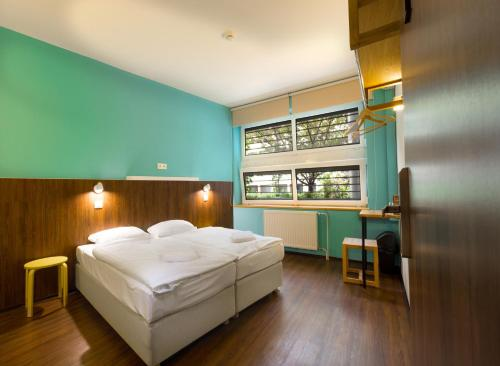Cameră dublă sau twin cu baie comună (Double or Twin Room with Shared Bathroom)
