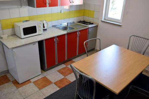 Apartman s 2 spavaće sobe i balkonom (Two-Bedroom Apartment with Balcony)