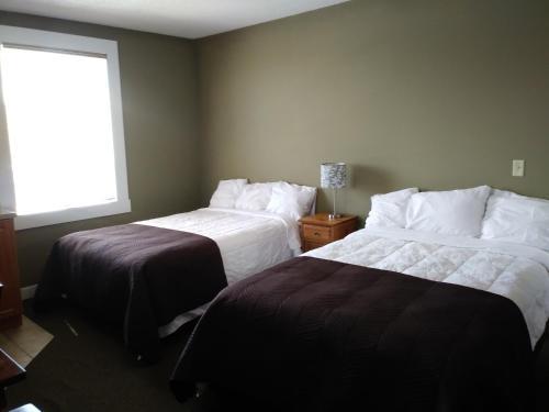 Royal Duke Hotel - Okotoks, AB T1S 1B4