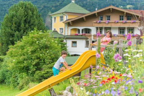 Landhotel Hubengut Bed and Breakfast - Hotel - Radstadt