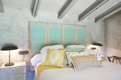 Suite con cama grande y vistas a la piscina Hotel Can Casi 12