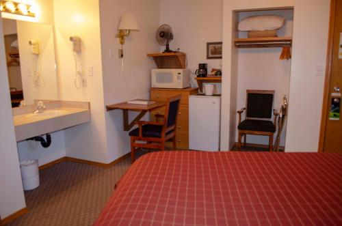 Crandell Mountain Lodge - Waterton Park, AB T0K 2M0