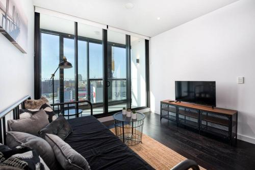 Convenient Brisbane Pad with Balcony & Pool